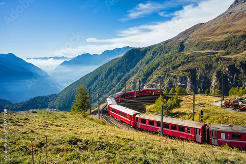 Fotoposter Spoorlijn Graubünden, Schweiz. Mit der Bahn von der Alp Grüm durch das Puschlav nach Tirano