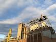 Wolkenhimmel über einer stillgelegten alten Fabrik am Hafen von Münster in Westfalen im Hafenweg in Münsterland