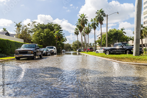 Zdjęcie XXL Idealna fala / W Fort Lauderdale, wzdłuż mórz i oceanów wzdłuż bulwaru Las Olas nie można się było równać z dwuletnią falą królewską, która przynosi słoną wodę na ulice