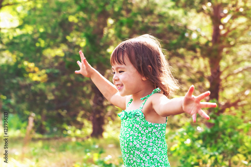 Photo  Happy toddler girl playing outside