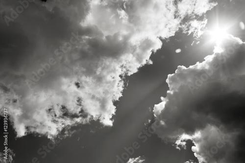 Zdjęcie XXL Słońce przerywa chmury. Czarno-białe zdjęcie