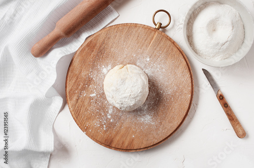 Photo  Cooked ball of dough on the table