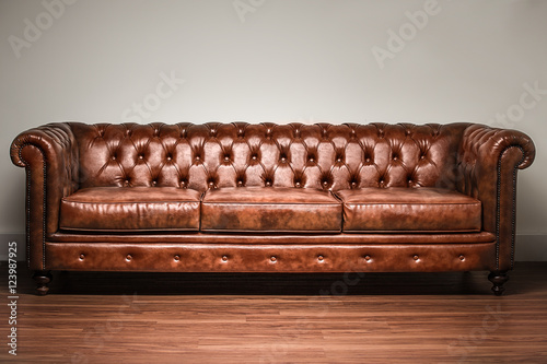 Fotografía  brown chesterfield sofa