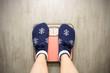 девушка стоит на напольных высах в новогодних носках