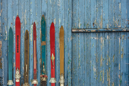 Tuinposter Wintersporten Collection of vintage wooden weathered ski's