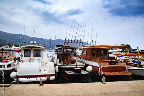 Poster Lieux connus d Amérique Fishing boats at pier in cloudy day.