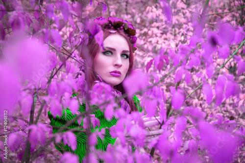Plakat Piękna i bajeczna dziewczyna w fioletowym liściku z czerwonym wieńcem