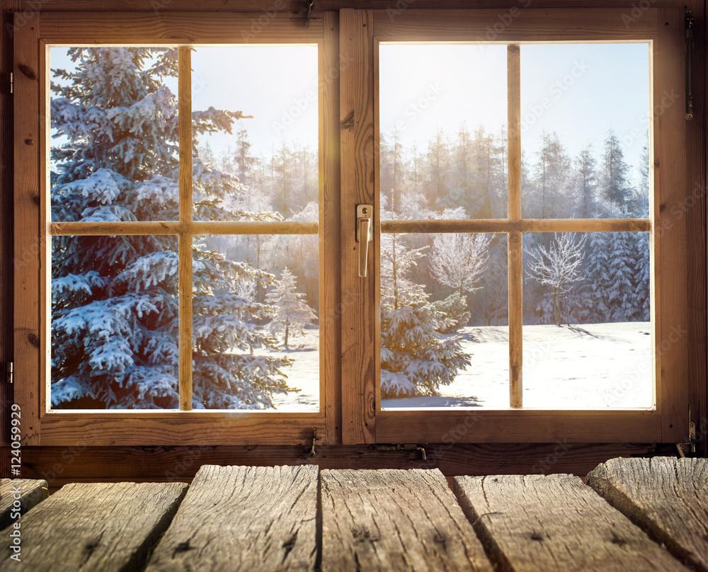 Widok z okna drewnianej chaty zimą
