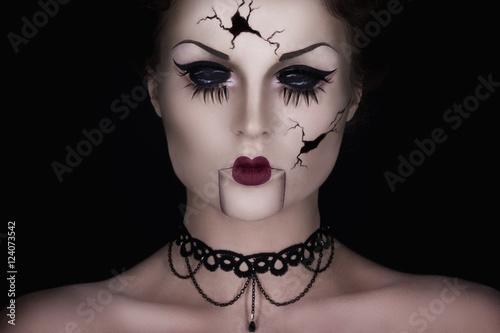 Fotografie, Obraz Spooky talking broken doll