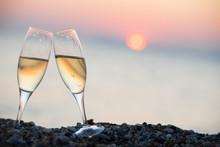 Coupes De Champagne Au Coucher Du Soleil Sur La Plagel