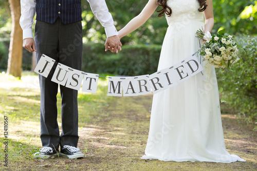 Fotografie, Obraz  結婚式、豊かな森に囲まれた二人
