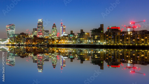 Photo  Cityscape of London with reflection in Thames river at night, UK