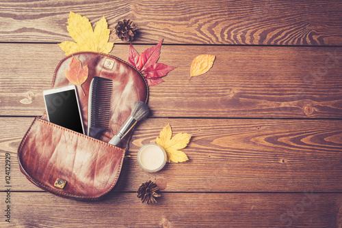 otworz-torebke-modnych-kobiet-na-drewnianym