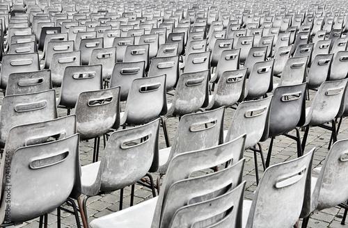 Fotografie, Obraz  Fila di sedie vuote in bianco e nero viste da dietro