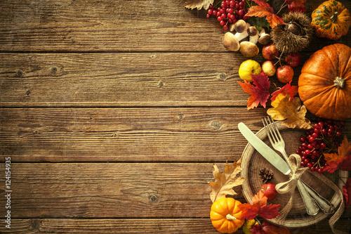 Fotodibond 3D Jesieni tło od spadać liści i owoc z rocznik śliwkami