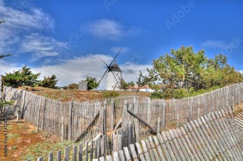 Foto op Plexiglas Molens Joli moulin à vent de l'île de Noirmoutier en Vendée