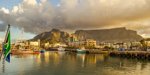 Fototapeta premium Cape Town Victoria and Alfred Waterfront harbor, Table Mountain sunset, krajobraz RPA