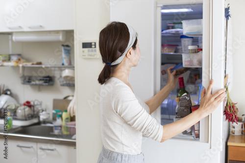 Fotografia  冷蔵庫を開ける主婦