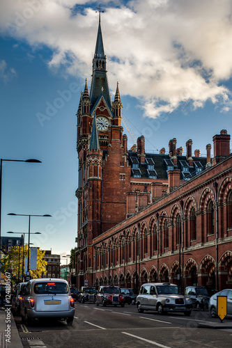 Papiers peints Gares Exterior shot of St Pancras international train and underground station with black cab taxis in London, England, UK