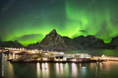 Keuken foto achterwand Noorderlicht Aurora borealis over a village on the Lofoten in Norway