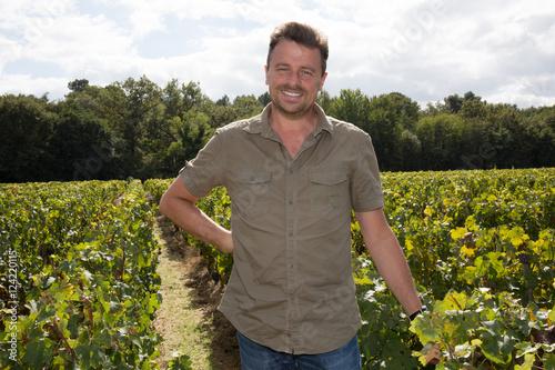 Fotografía  Happy and smiling winemaker man in a his vineyard