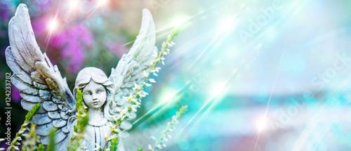 Grabengel mit Lichtern und Blumen als Panorama