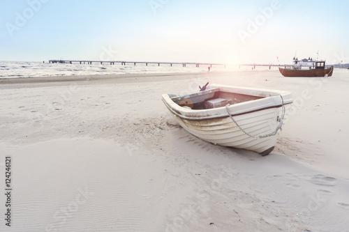 Poster Cote schönes Strandbild mit Booten