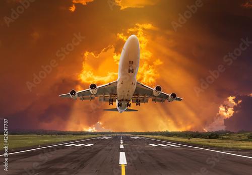 lecacy-samolot-startuje-z-pasa-startowego-na-zachod-slonca