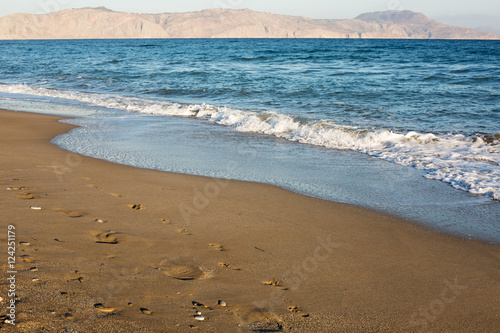 Foto op Plexiglas Kust Sandy coastline at the sunrise