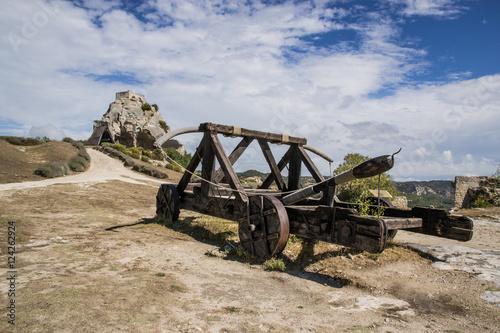 Fotografía  Catapulta nel castello di Baux de Provence, Francia