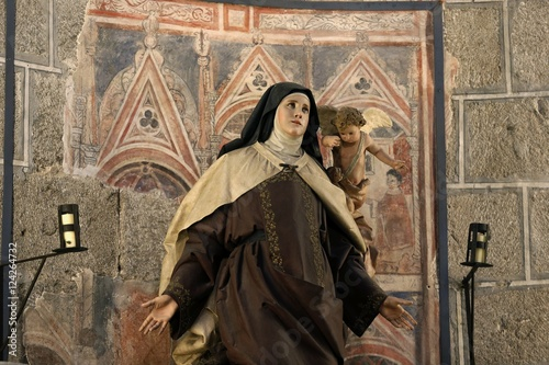 Fototapeta estatua de santa Teresa en el interior de  la Catedral de Cristo Salvador de Ávila templo de culto católico Castilla y León, España