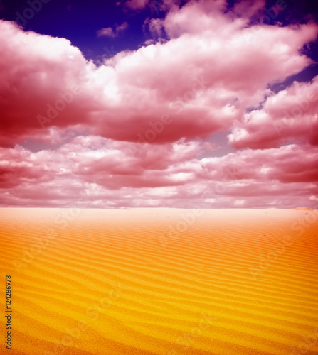 Poster Lichtroze Sunset over the Sahara Desert