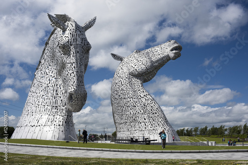 Foto  Tourists viewing the Kelpies horse heads