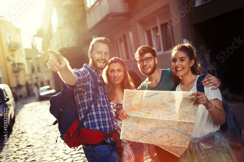 Happy tourists exploring city Fototapeta
