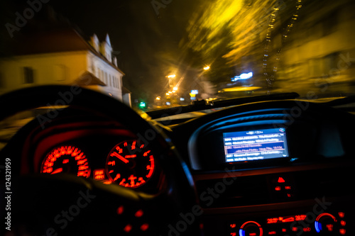 Fotografia, Obraz  drunk driver goes at night. view from inside. abstract