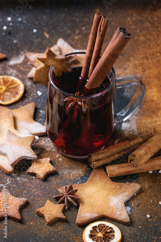 Fotografia  Hot red mulled wine with cookies