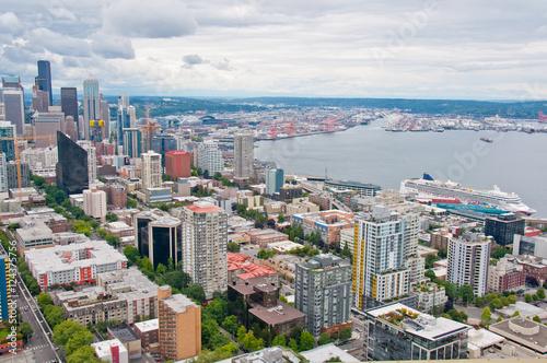 In de dag Zuid-Amerika land Aerial view of Seattle harbor overlooking Elliott Bay.