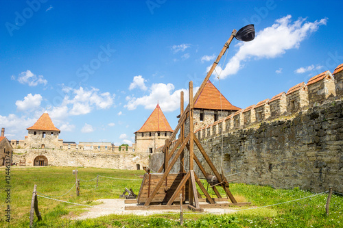 Foto Big wooden catapult in old Tighina fortress