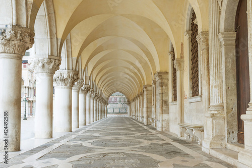 Canvas Print Archway underneath the Doge's Palace in San Marco Square (Venice, Italy)