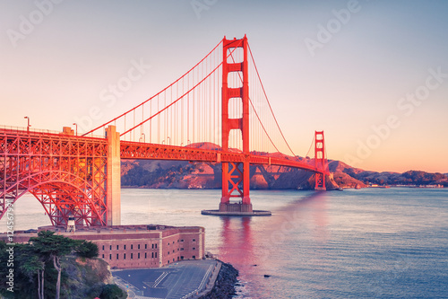 Tuinposter San Francisco Golden Gate Bridge at sunrise, San Francisco