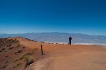 Mann Mit Hut Blickt In Die Weiten Des Death Valley