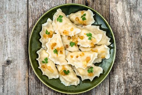 Plakat Domowej roboty kluchy z smażącą cebulą na talerzu, odgórny widok, kulinarny pojęcie