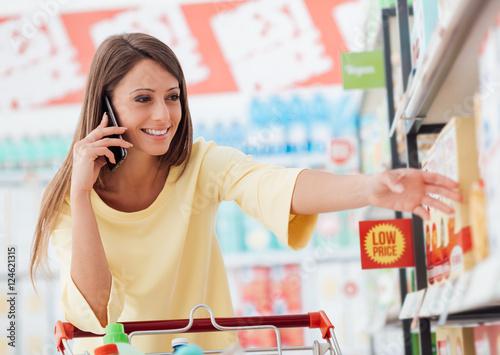 Plakat Kobieta telefon dzwoni przy sklepem