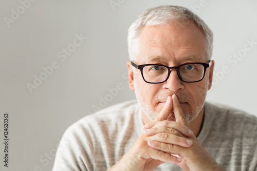 Fotomural  close up of senior man in glasses thinking