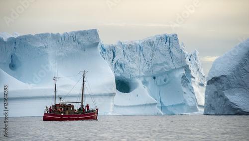 Obraz Łódź przed górami lodowymi na Grenlandii - fototapety do salonu