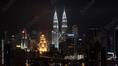 Foto auf Acrylglas Kuala Lumpur Night cityscape of Kuala Lumpur with famous Petronas Twin Towers, Malaysia
