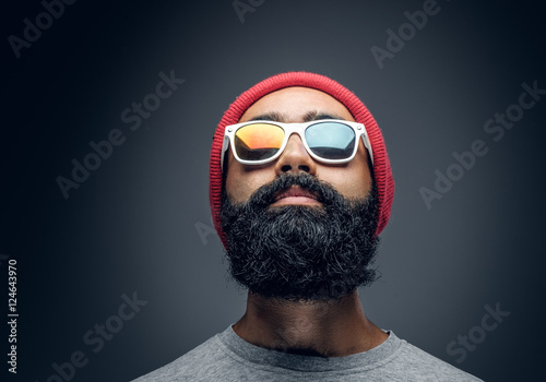 Foto A man with red head and colorful glare in eyeglasses.