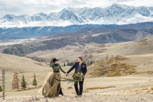 Photo  Beautiful wedding couple, bride and groom, in love on the mountains