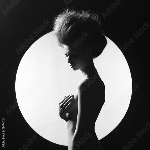 Valokuvatapetti Nude elegant woman on geometric background