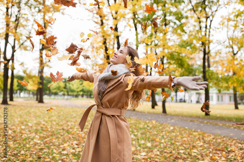 Foto op Aluminium Jacht happy woman having fun with leaves in autumn park